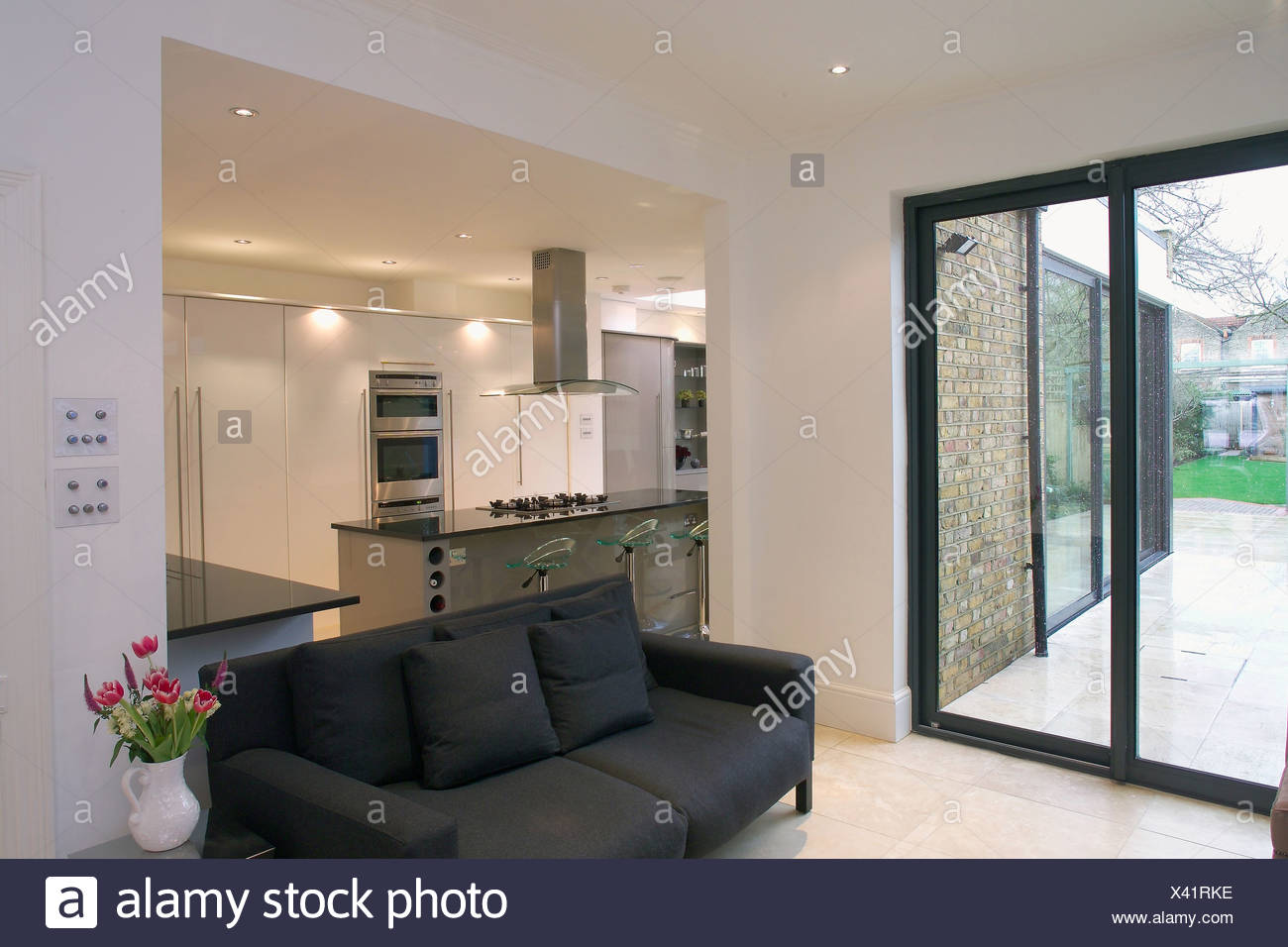 Terrassentüren Und Schwarzen Sofa In Moderne Offene Wohnzimmer Und