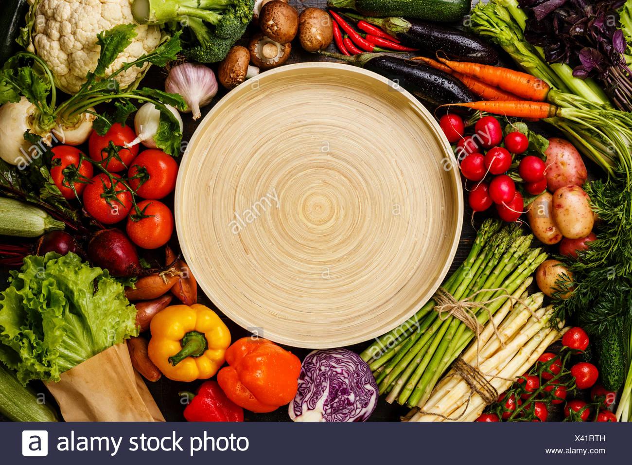 Frisches Gemüse um rund Bambus Tablett Textfreiraum Stockbild