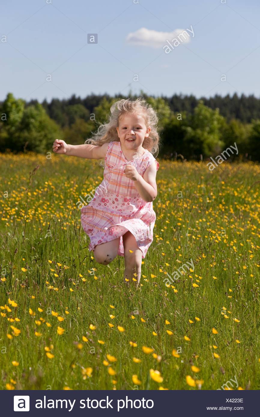 a8536b25be54cb glückliches kleines Mädchen läuft über eine Wiese