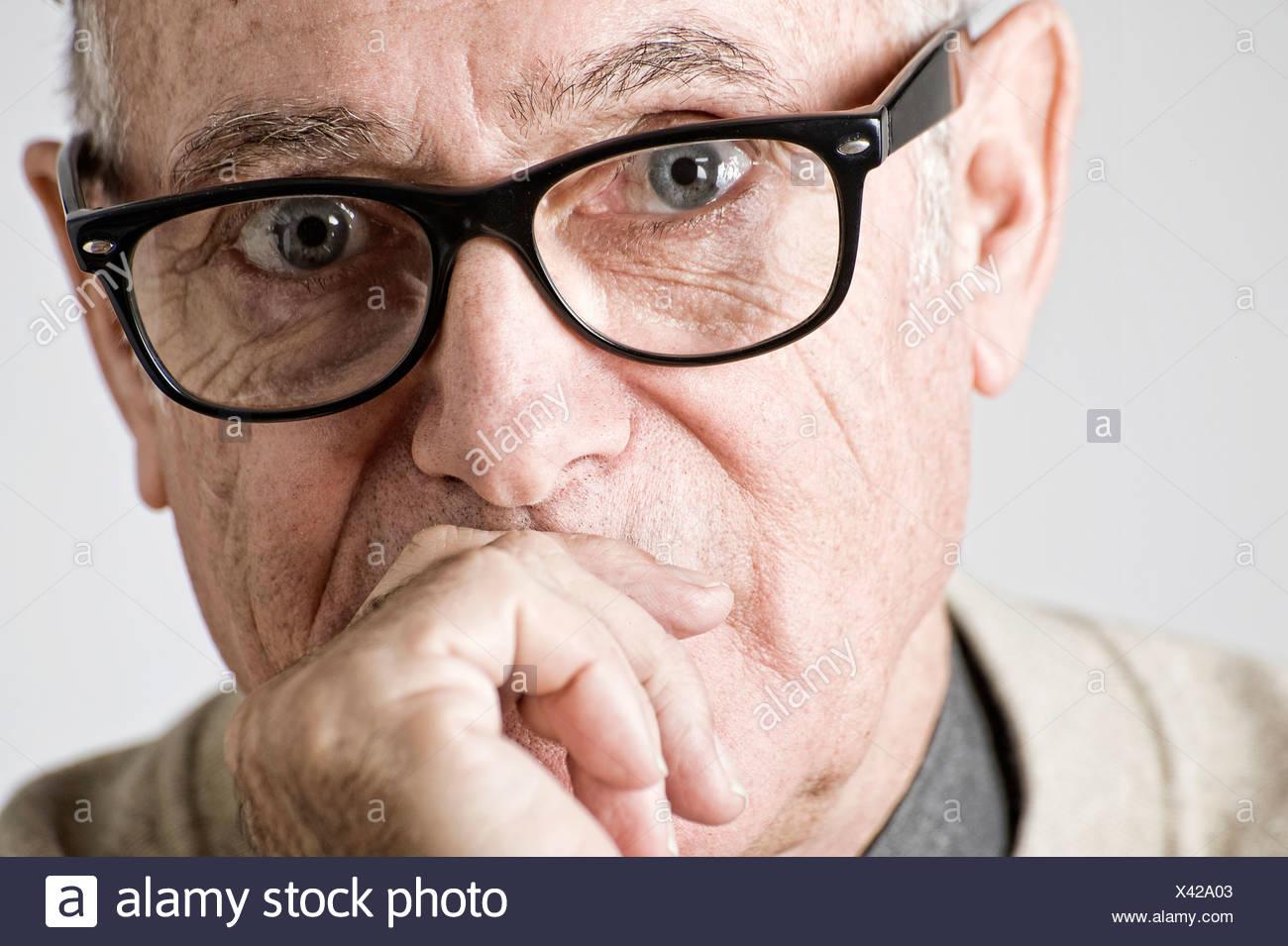 Porträt von senior woman hand aufs Maul Stockbild