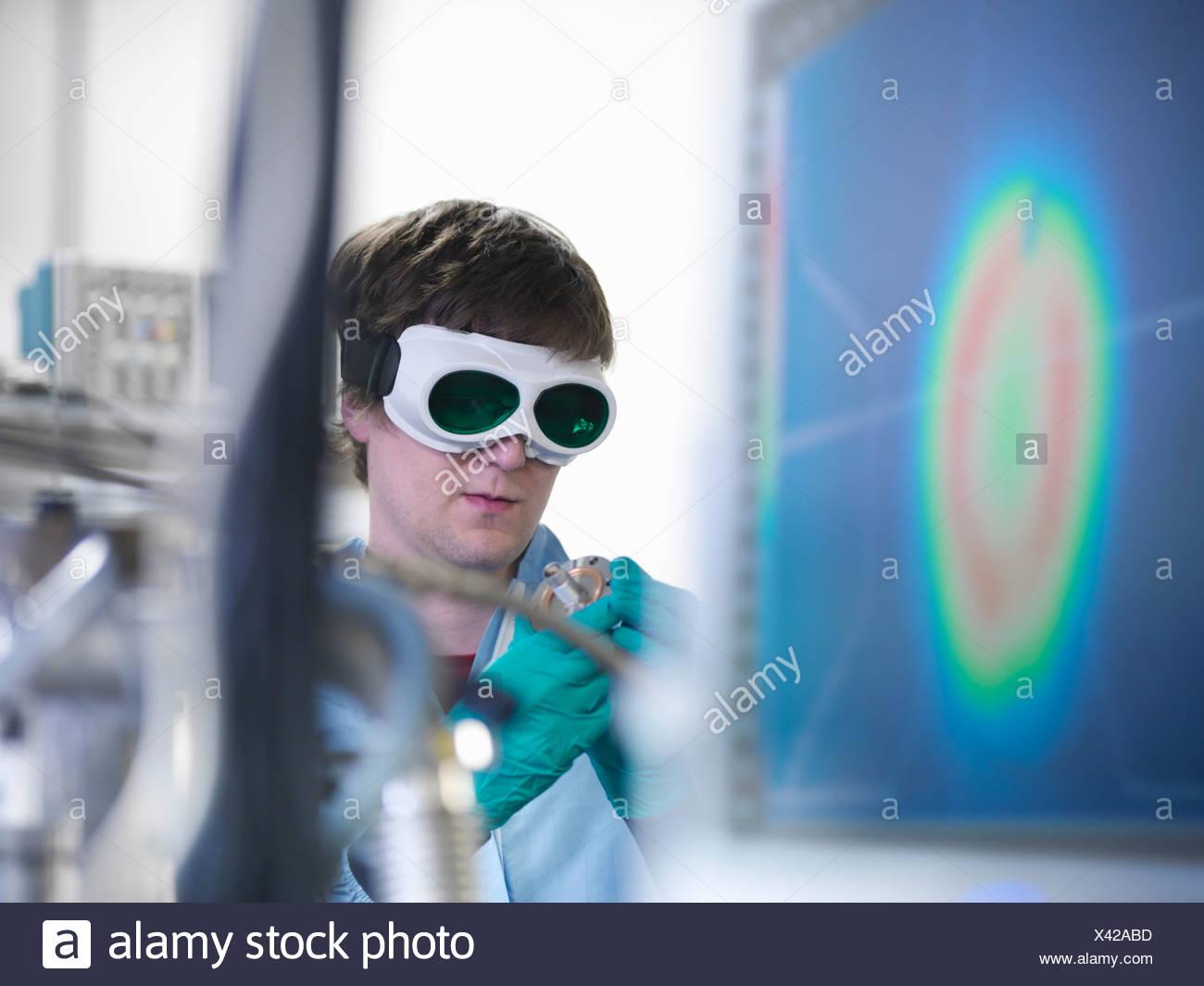 Wissenschaftler arbeiten mit Unterdruck im Labor Stockbild