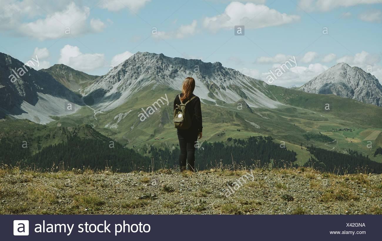 Rückansicht des Frau-Wandern in den Bergen Stockbild
