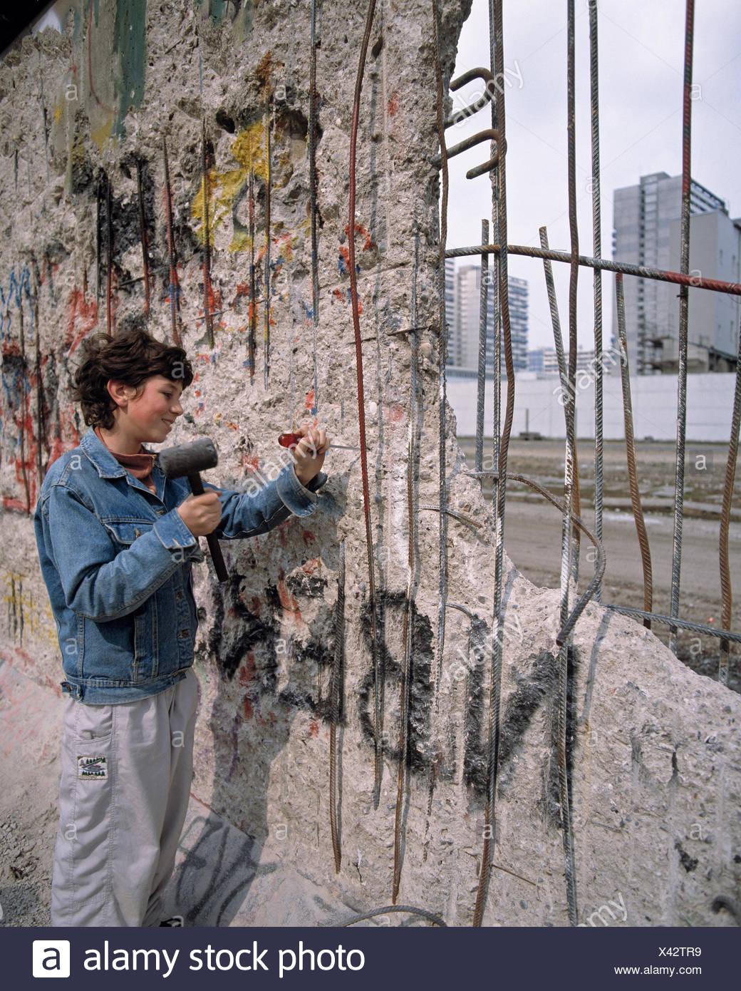 Deutschland, Europa, Berlin, Specht, Frau, Frau, Stein, Souvenir, Eröffnung, Berliner Mauer, Berlin-West, Ost-Berliner, fallen von der Stockbild