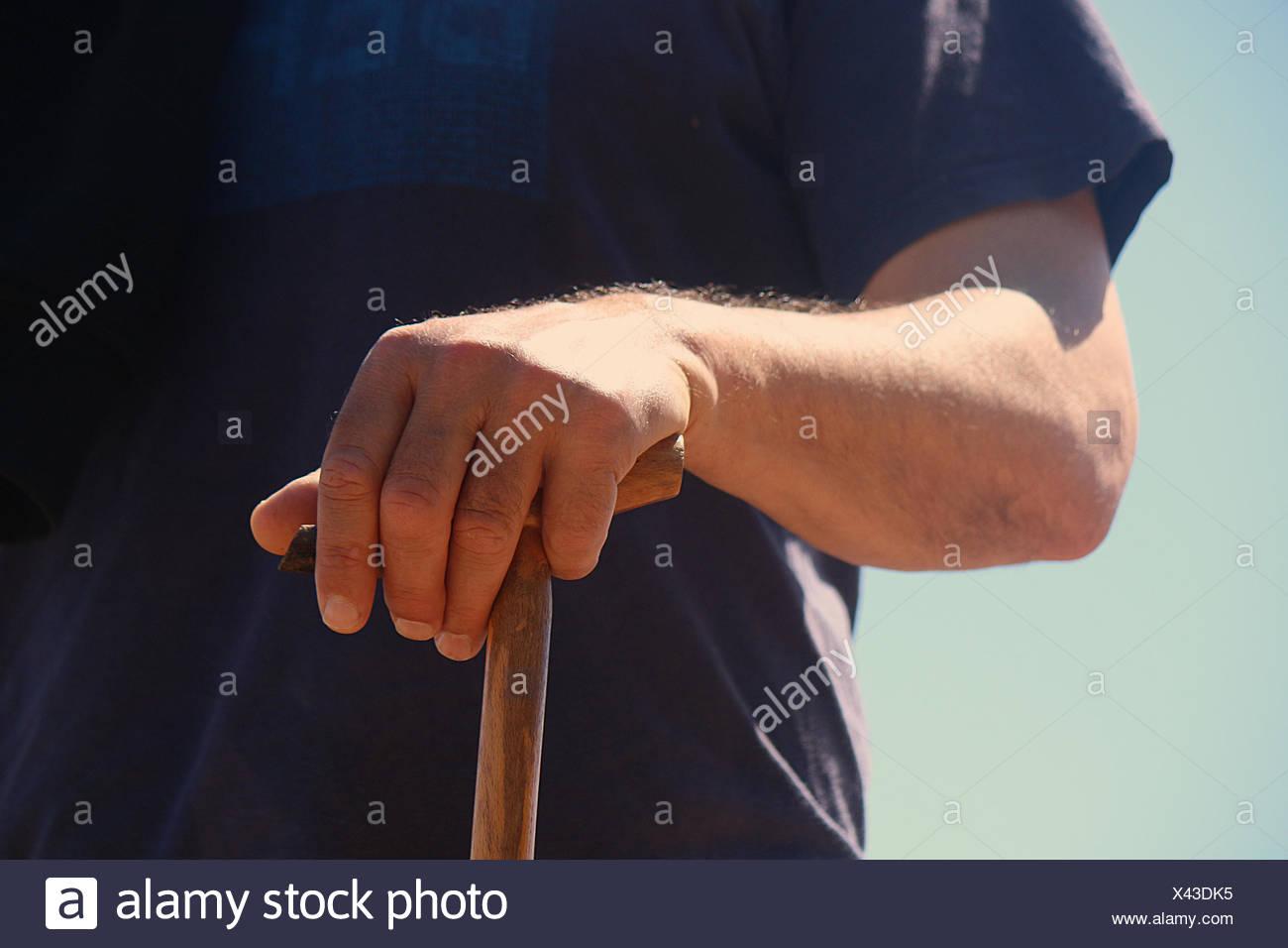 Nahaufnahme von einem senior Mann hält einen Spazierstock Stockbild