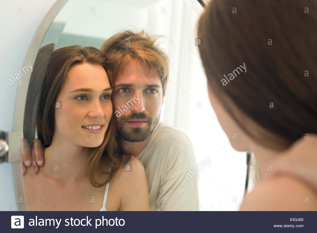 Paar auf der Suche im Badezimmerspiegel zusammen Stockbild