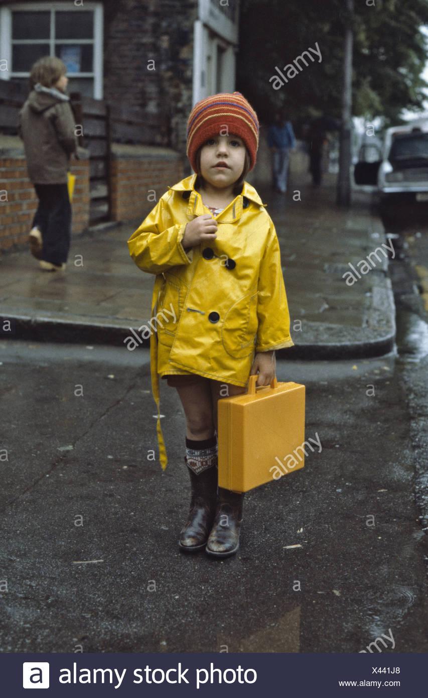 Junge Gelben Mädchen Tragen Halten Ihre Regenmantel uK1JTl35Fc