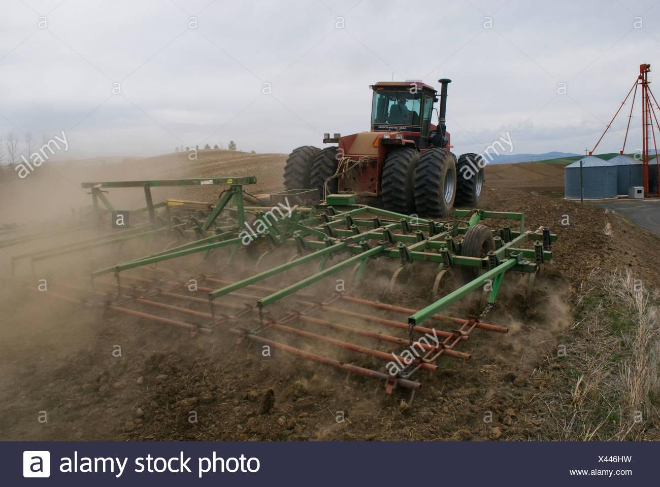 Ein Traktor und Grubber bereitet ein Feld für die Bepflanzung Garbanzo Bohnen / in der Nähe von Pullman, Palouse Region, Washington, USA. Stockbild