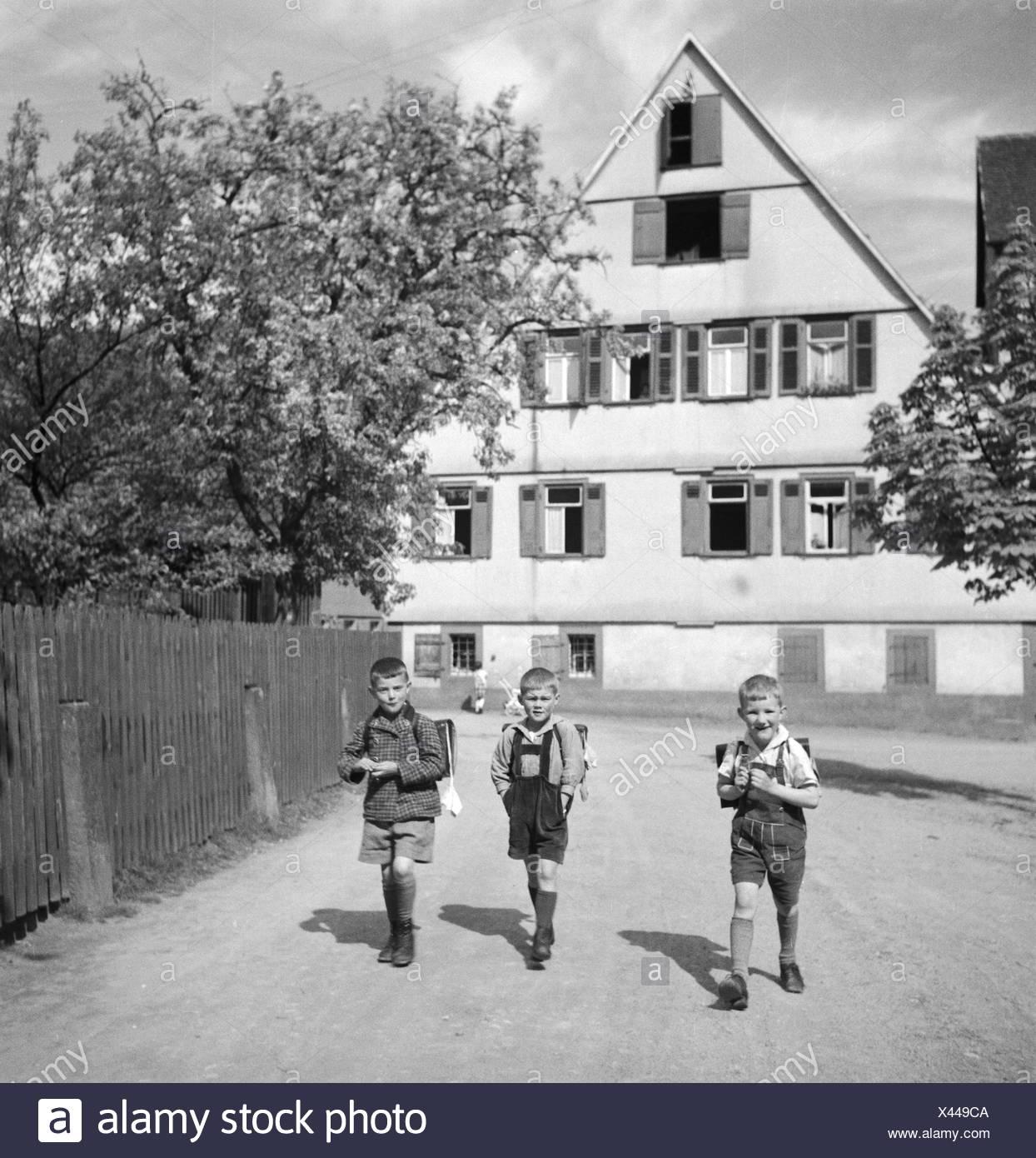 Schulkinder Auf Dem Schulweg, 1930er Jahre Deutschland. Schule Kinder auf ihrem Weg nach Hause, Deutschland der 1930er Jahre. Stockbild