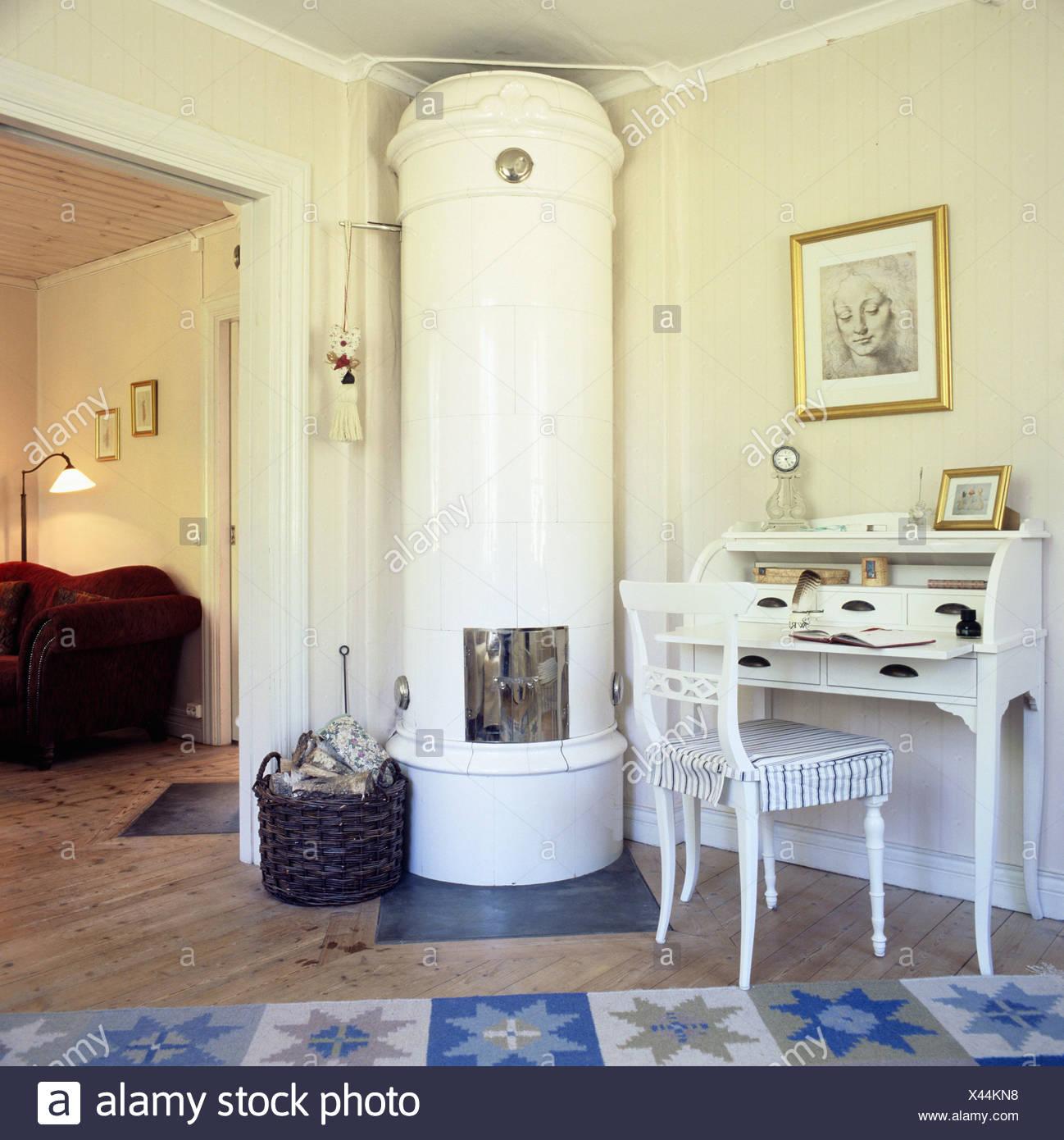 Schwedische Kachelofen Im Wohnzimmer Einer Hutte Mit Einem Traditionellen Schreibtisch Und Ein Rotes Sofa