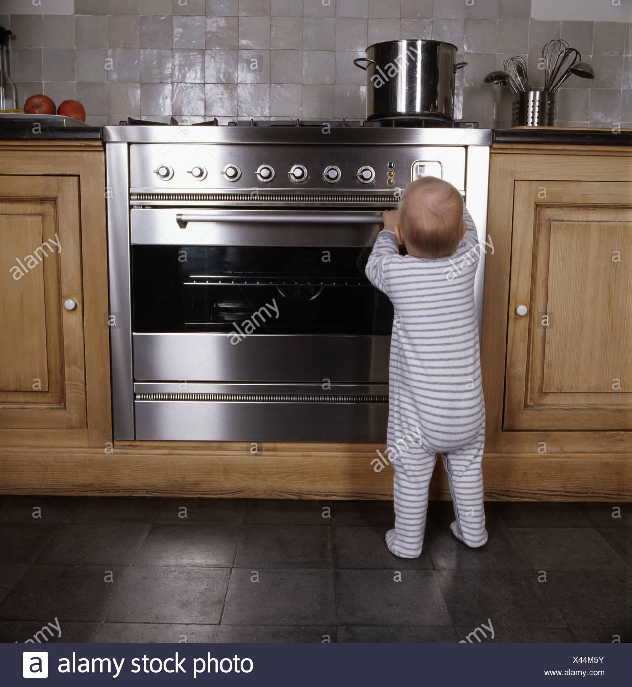 Säugling tatenlos Ofen in der Küche Stockbild