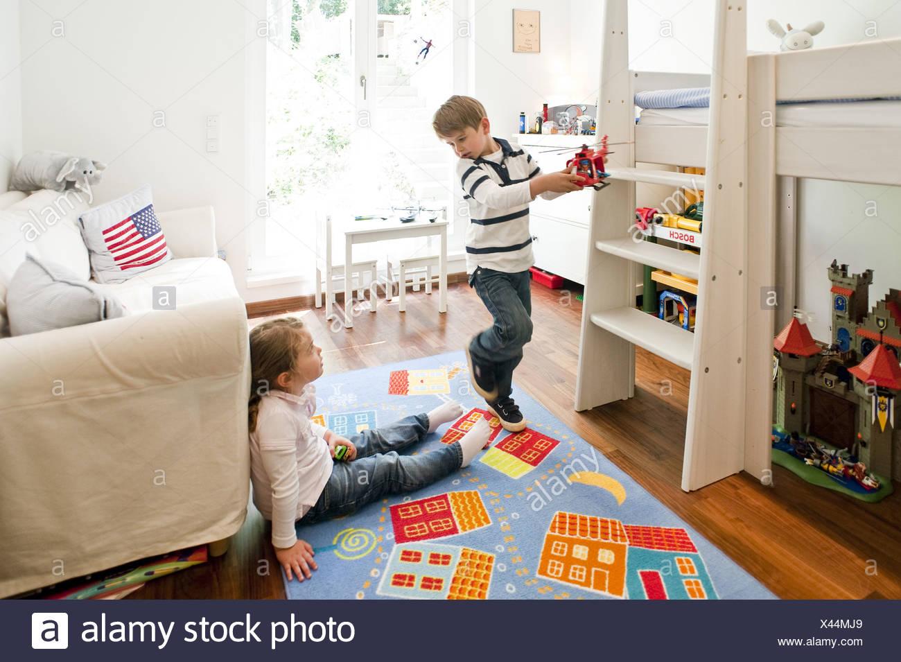 Zwei Kinder Spielen Im Kinderzimmer Hamburg Deutschland Stockfoto