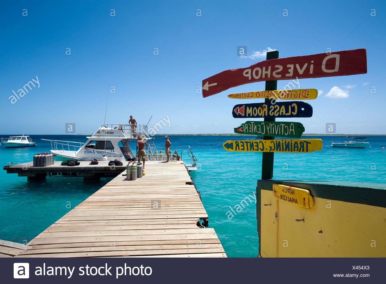 Steg, Buddy Dive Resort, einem beliebten Ferienort und Hotel für Taucher, Kralendijk, Bonaire, Niederländische Antillen, Antillen, Karibik Stockbild