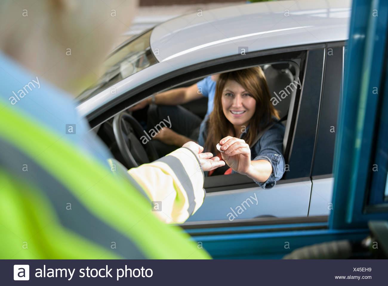 Fahrer im Auto bezahlen Mautstelle an der Brücke Stockbild