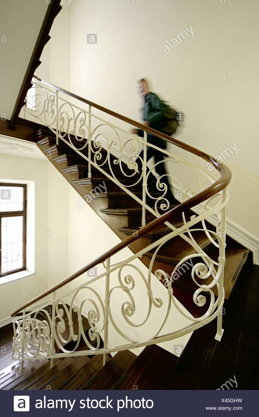 Häufig Treppenhaus, hölzerne Treppe, Geländer, dekorieren, Person, Treppe ZU29