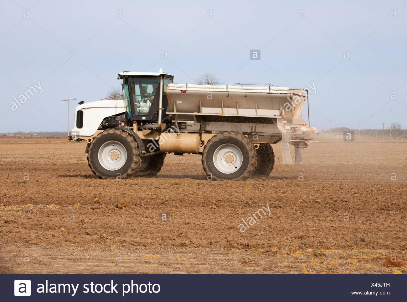 Landwirtschaft - ein neuer Führer Streuer gilt trocken Dünger für ein Bett Feld im Spätwinter / östlichen Arkansas, USA. Stockbild