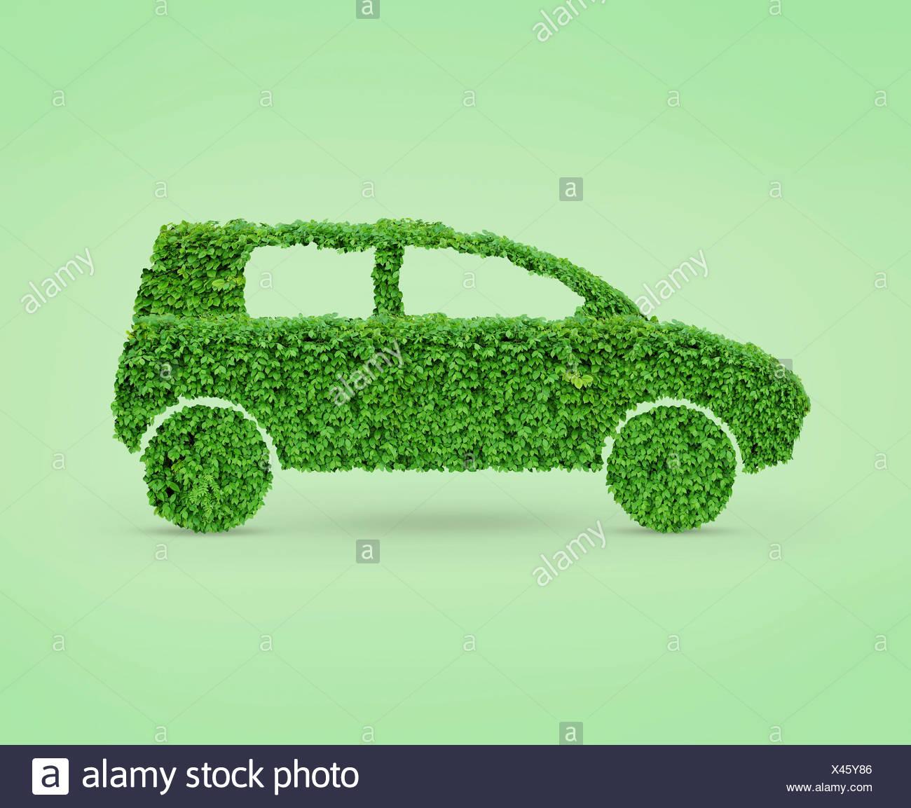 Grünes Auto, Automobile Form hergestellt aus grünen Blättern Stockbild