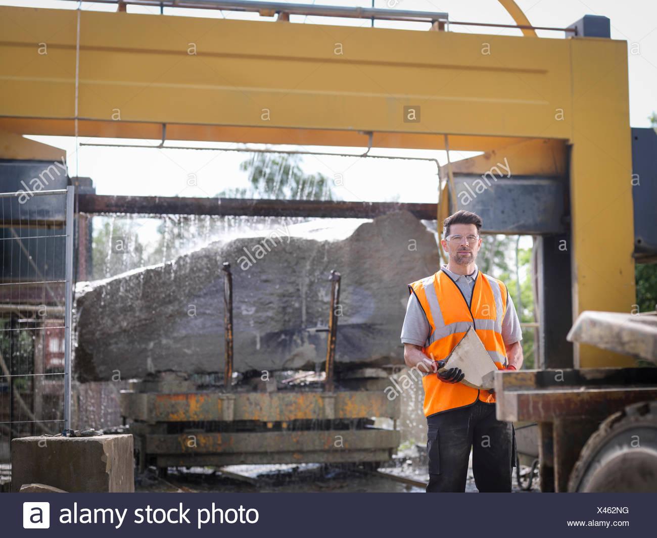 Porträt der Steinbrucharbeiter vor großen Felsen in Stein geschnitten sah Stockbild