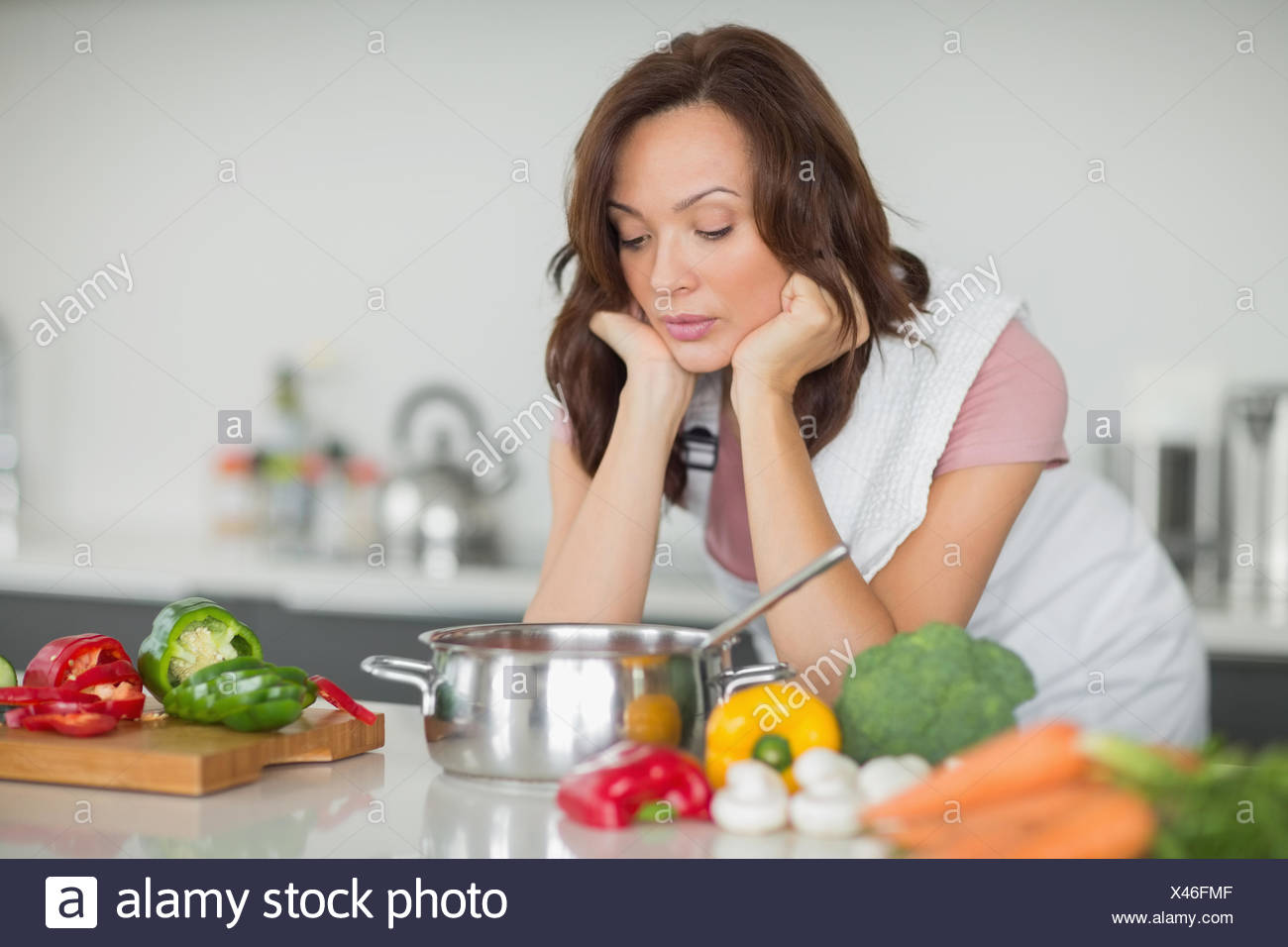 Schwere Frau, die Zubereitung von Speisen in der Küche Stockfoto