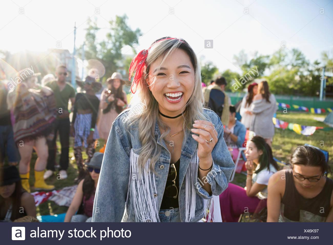 Porträt lachender Junge Frau am Sommer-Musik-Festival-Campingplatz Stockbild