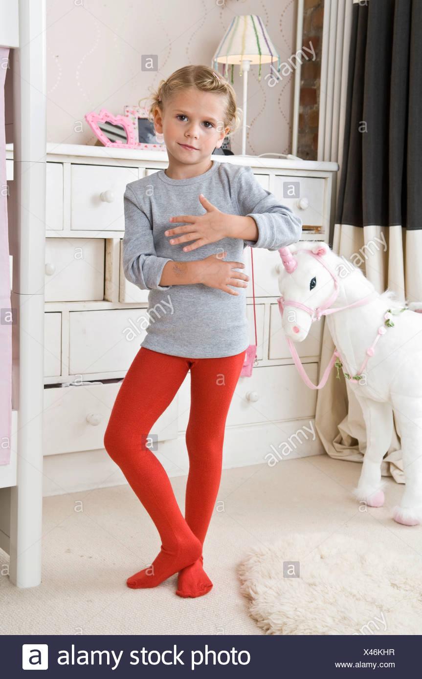 beae98fd27ab09 Ein Mädchen in Strumpfhosen in den Kindergarten Stockfoto, Bild ...