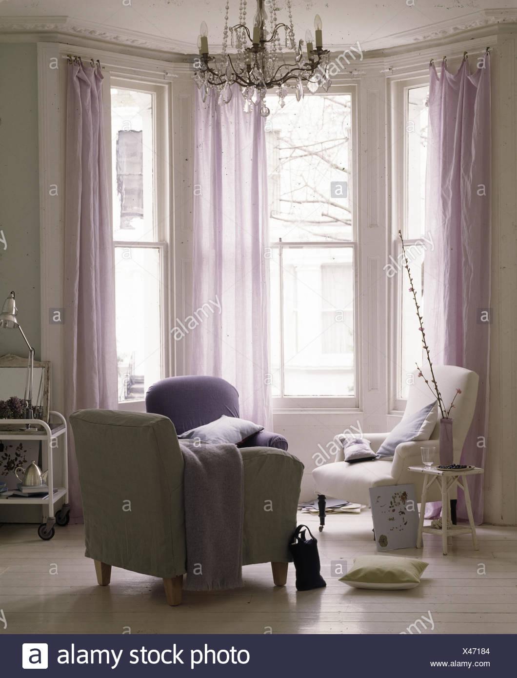 Erkerfenster mit schierer mauve Vorhänge in modern ...