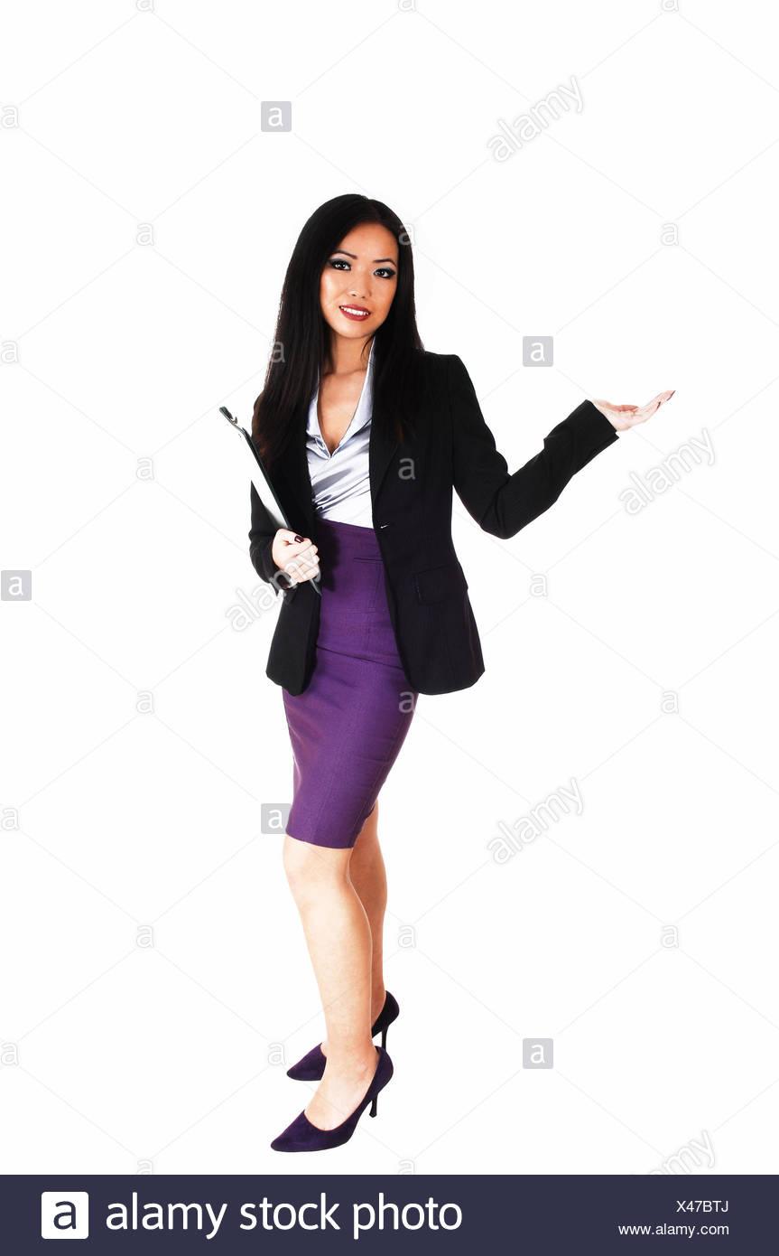 d7f9f2a6de98 Eine schöne junge schlanke asiatische Business-Frau in einem ...
