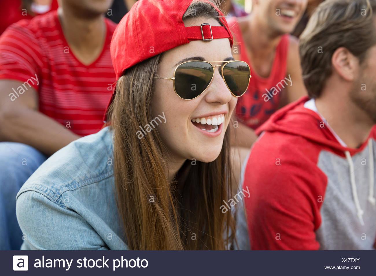 Bei Sportveranstaltung lachende Frau Stockbild