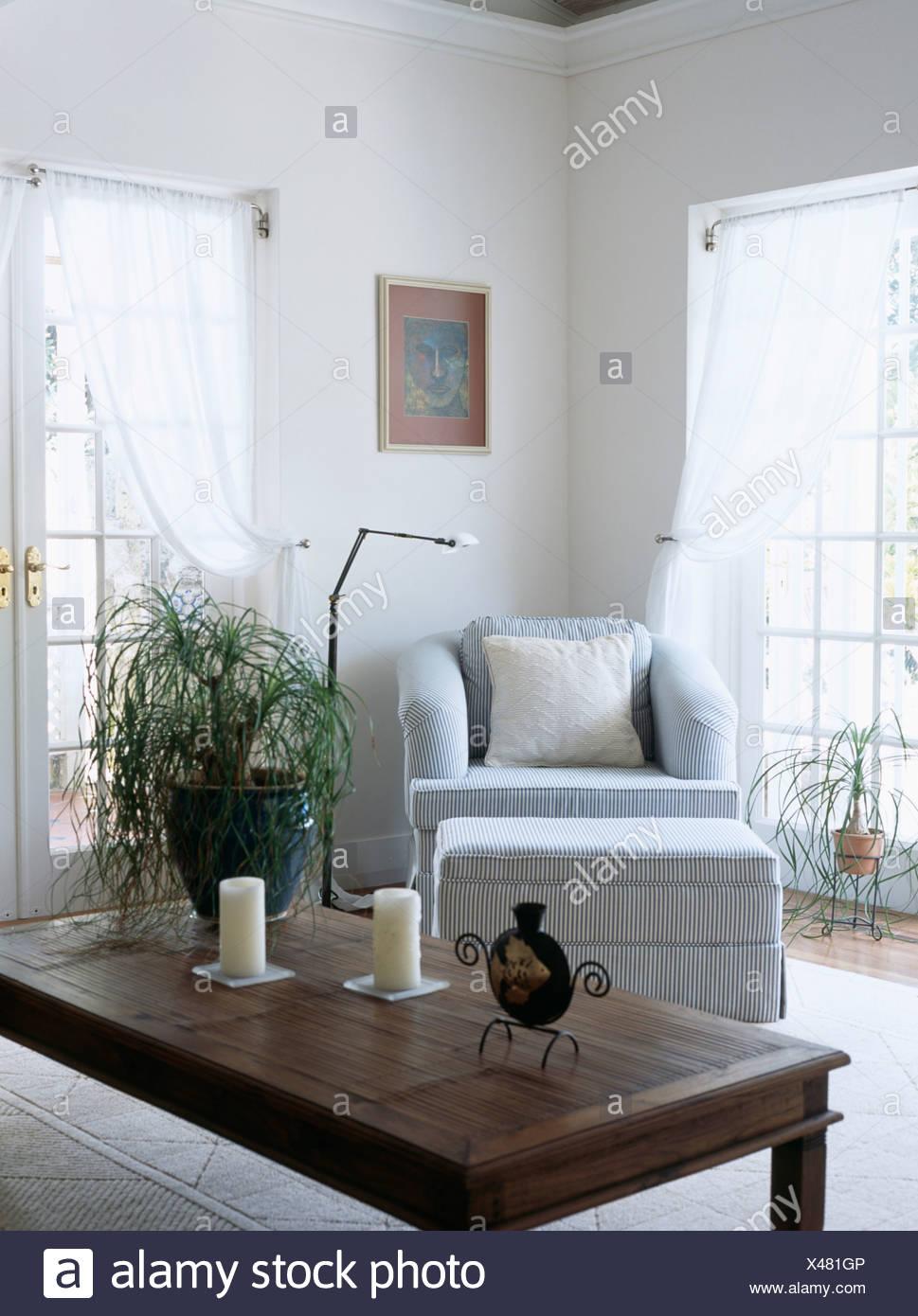 Dunkles Holz Couchtisch In Weiss Wohnzimmer Mit Pastell Blauen Sessel