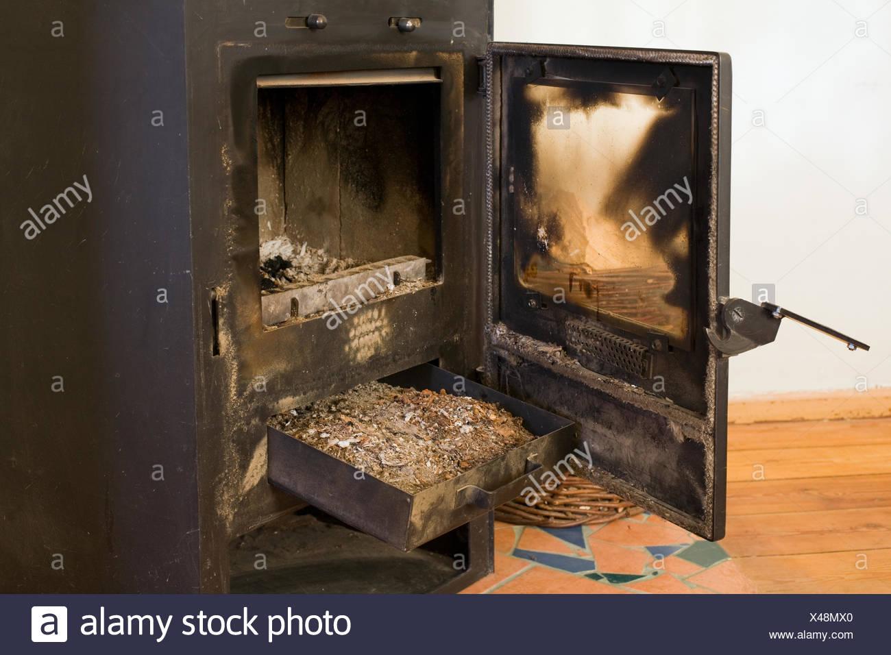 Asche Kaminofen Ofen Ofen Zimmer Wohnzimmer Alt Asche Feuer Stockfotografie Alamy