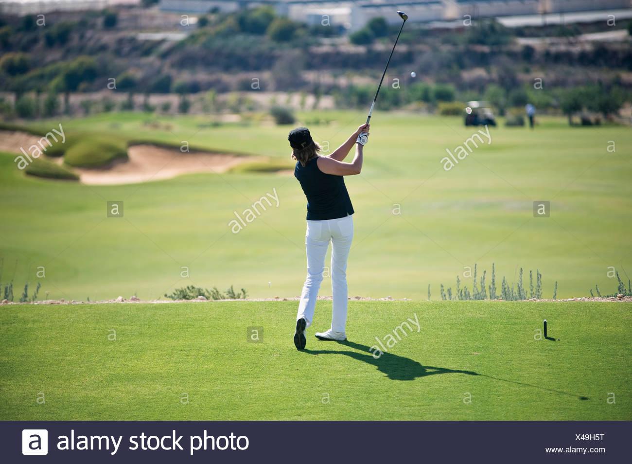 Zypern, Frau Golfspielen am Golfplatz Stockbild