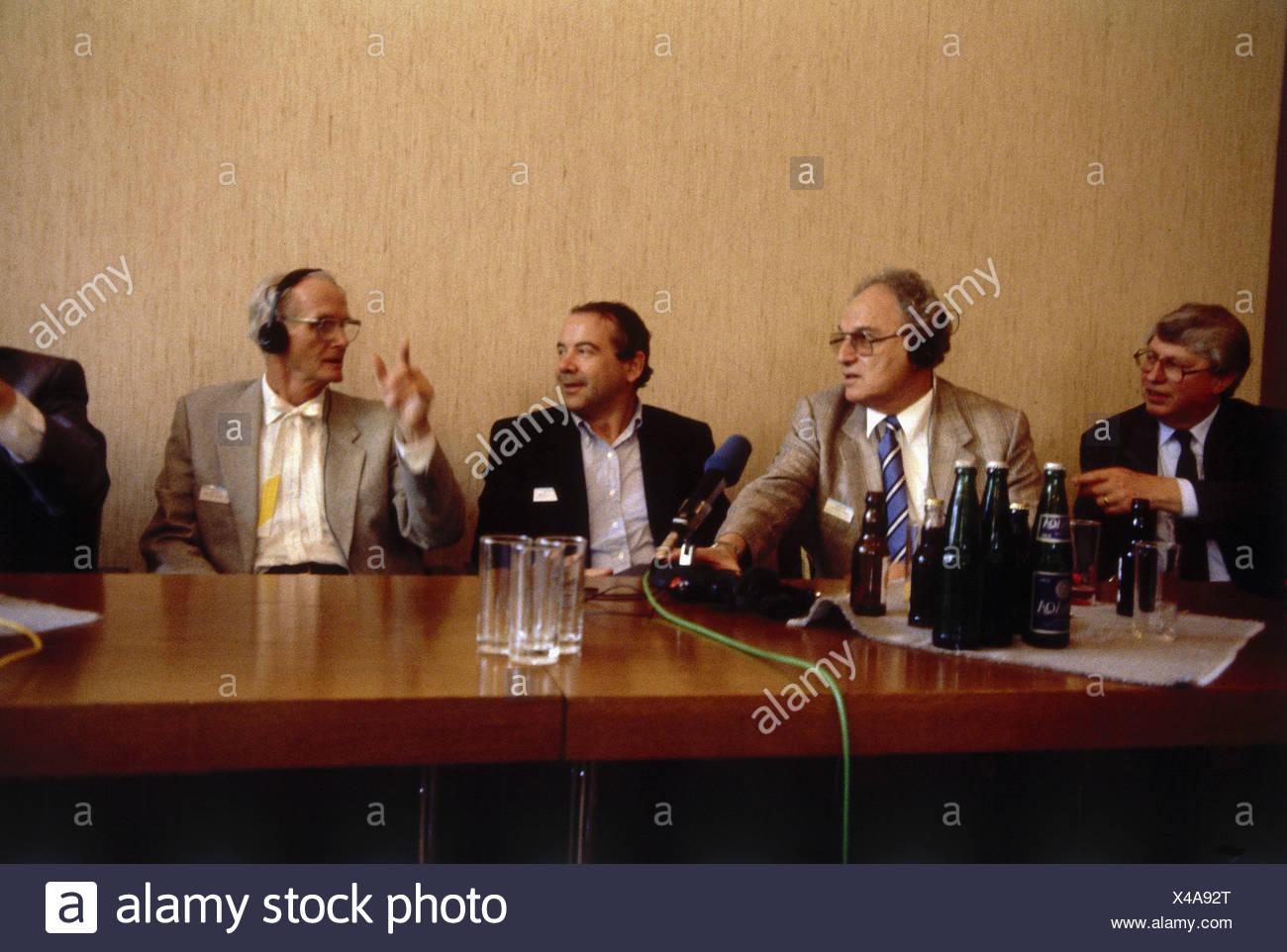 Lipscomb, William Num, * 9.12.1919, US-amerikanischer Wissenschaftler, (Chemie), halbe Länge, mit Gerhard Ertl (Physiker, Nobelpreis für Chemie 2007), Herbert Aaron Hauptman (Mathematiker/Physiker, Nobelpreis für Chemie 1985) und Johann Deisenhofer (Physiker, Nobelpreis für Chemie 1988), während der 39 Nobelpreisträger Konferenz, Lindau, Deutschland, 1989, Additional-Rights-Spiel-NA Stockbild