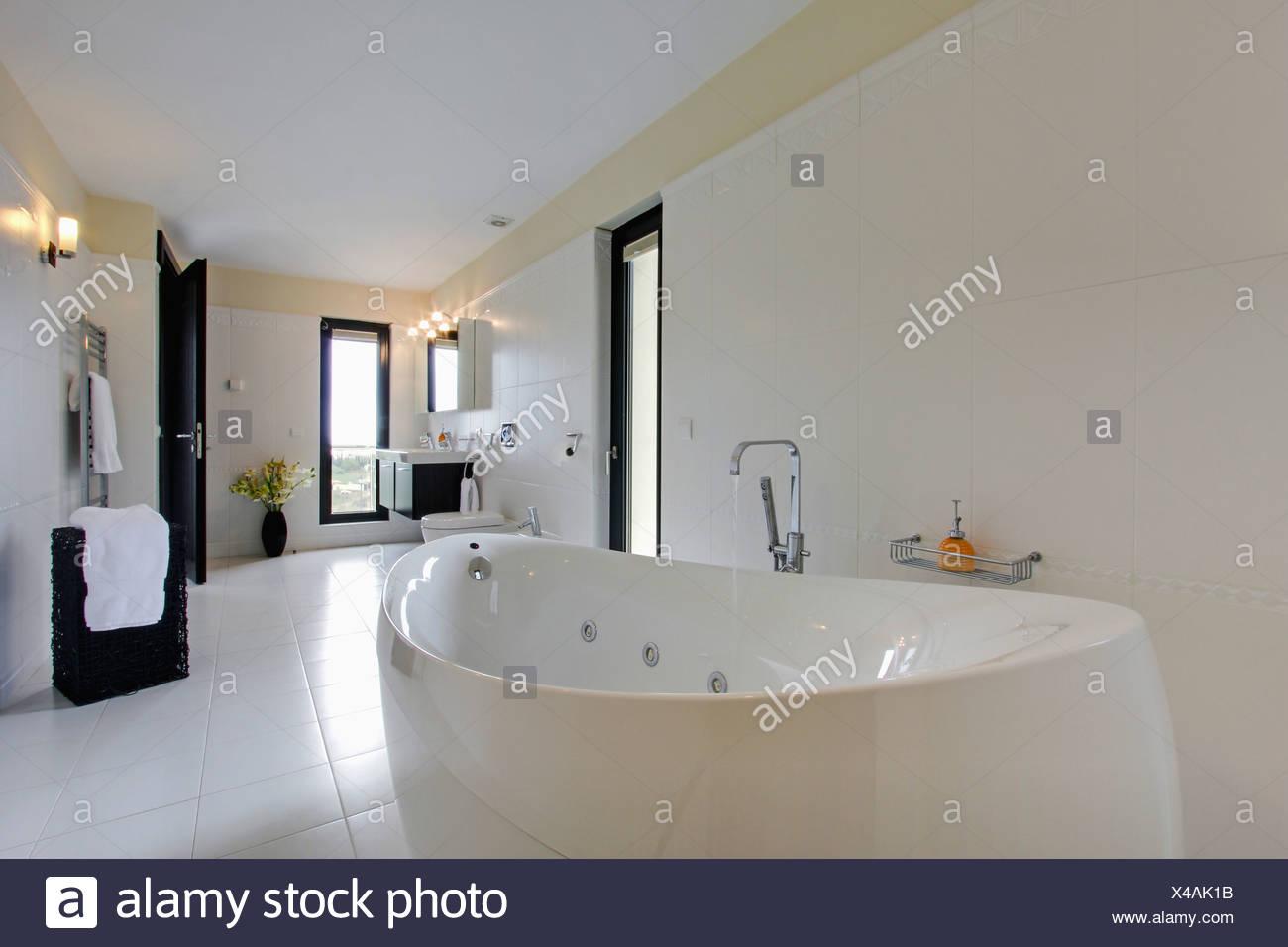 Chrome Whirlpool in modernen weißen spanischen Badezimmer mit weißen ...