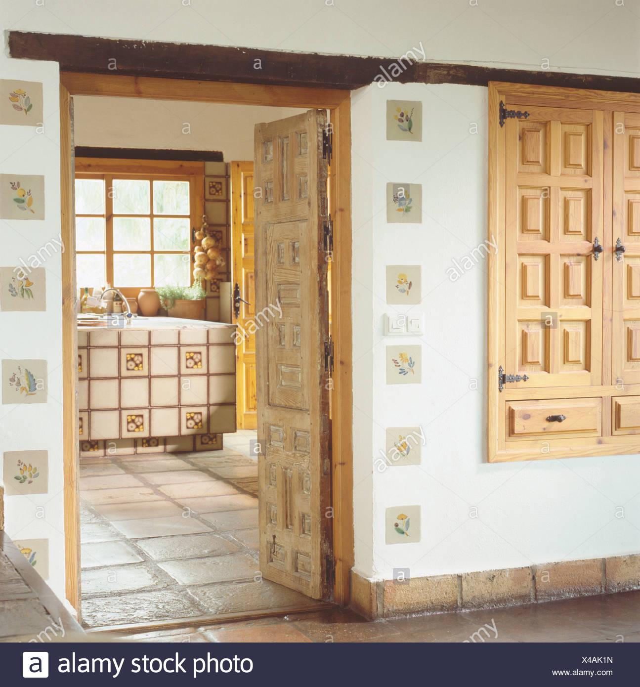 Schranktüren Küche   Geschnitzte Holzerne Schrankturen In Land Halle Mit Offener Tur