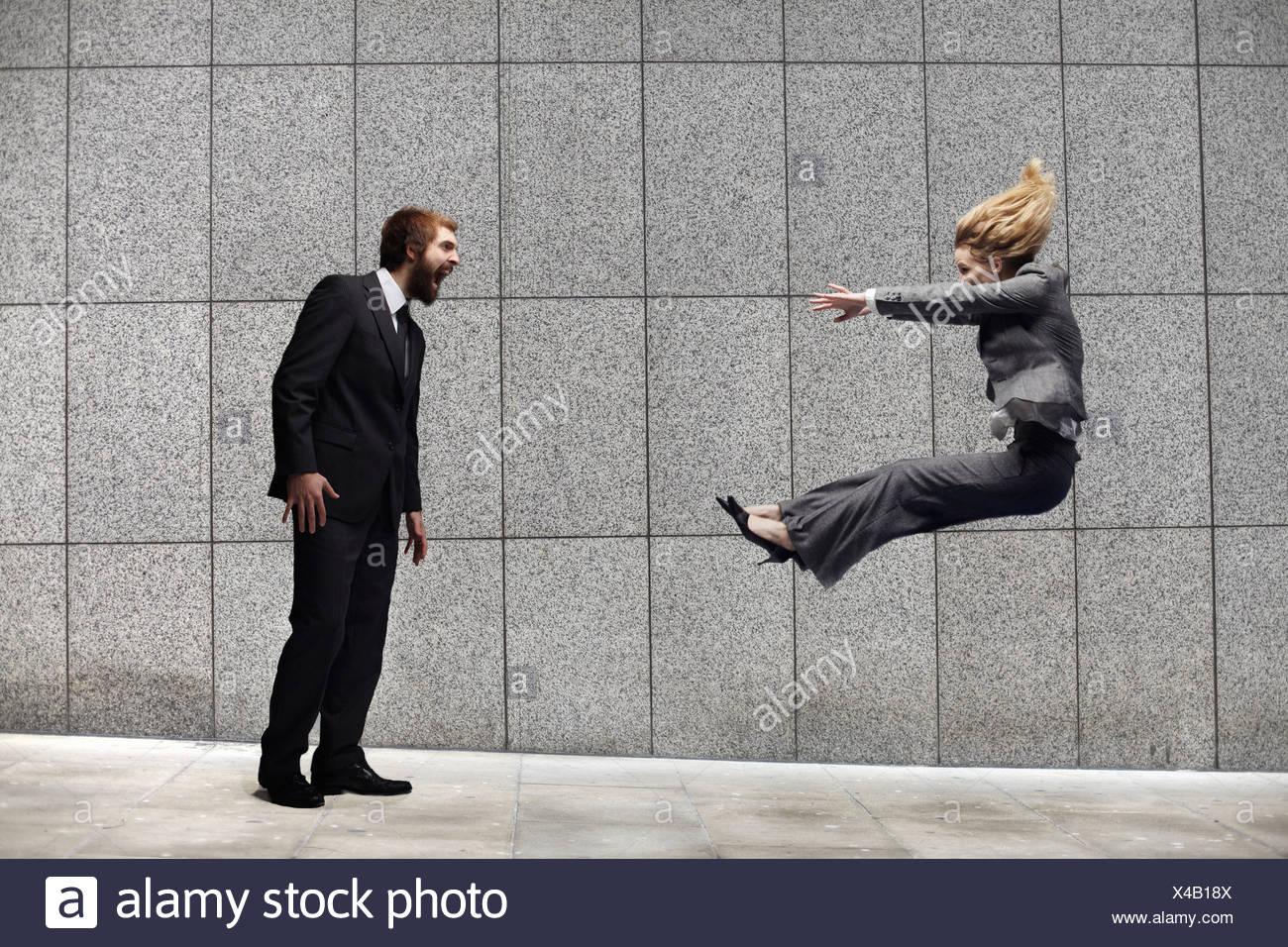 Mann eine Frau schreien Stockbild