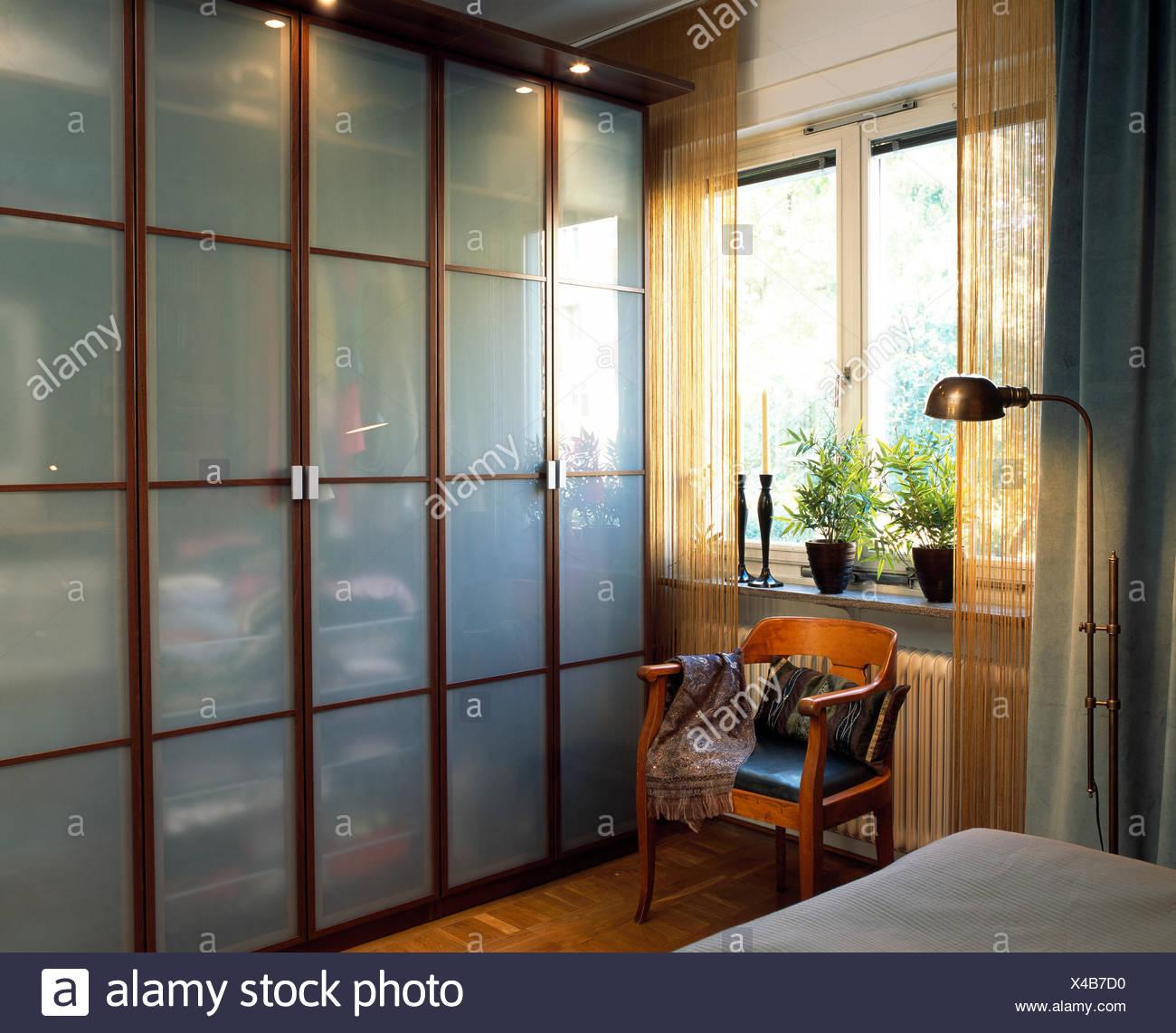 Kleiderschrank Mit Glasturen Stockfotografie Alamy