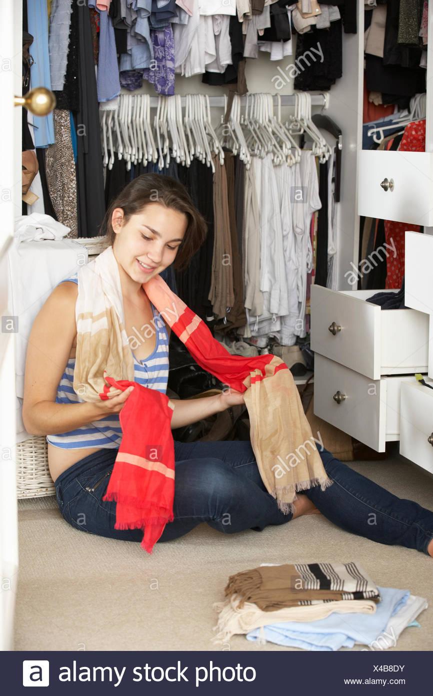 Teenager Madchen Kleiderschrank Im Schlafzimmer Kleidung Auswahlen