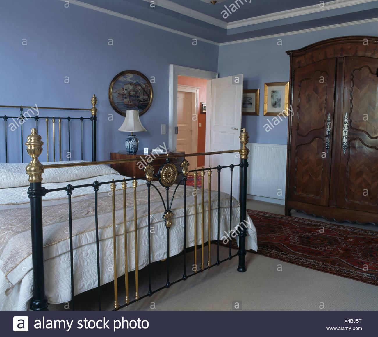 Messing antik Bett im blassen blauen französischer Landhaus ...