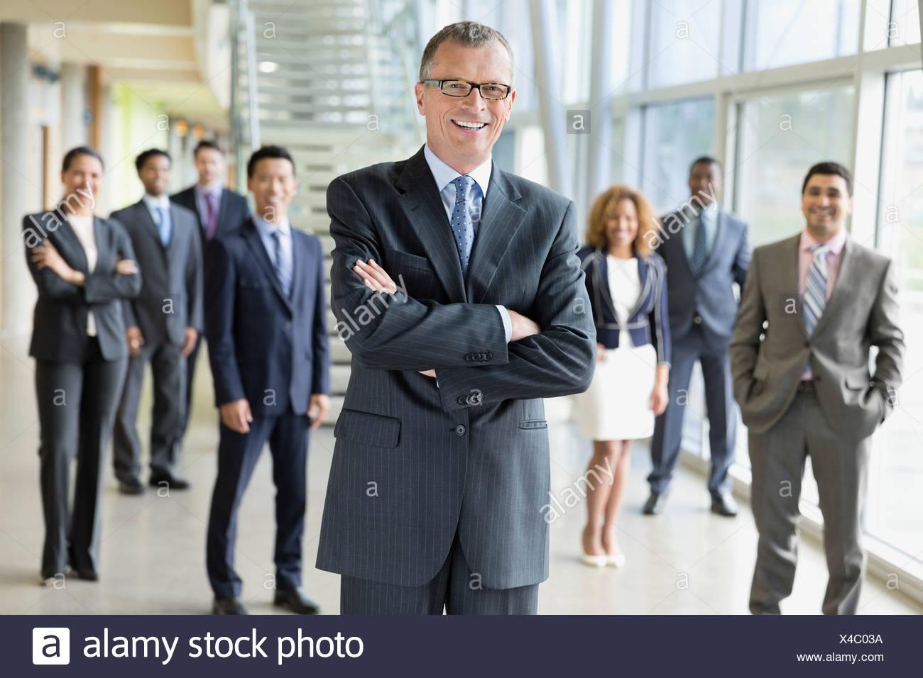 Porträt von zuversichtlich Führer stehend mit seinem team Stockbild