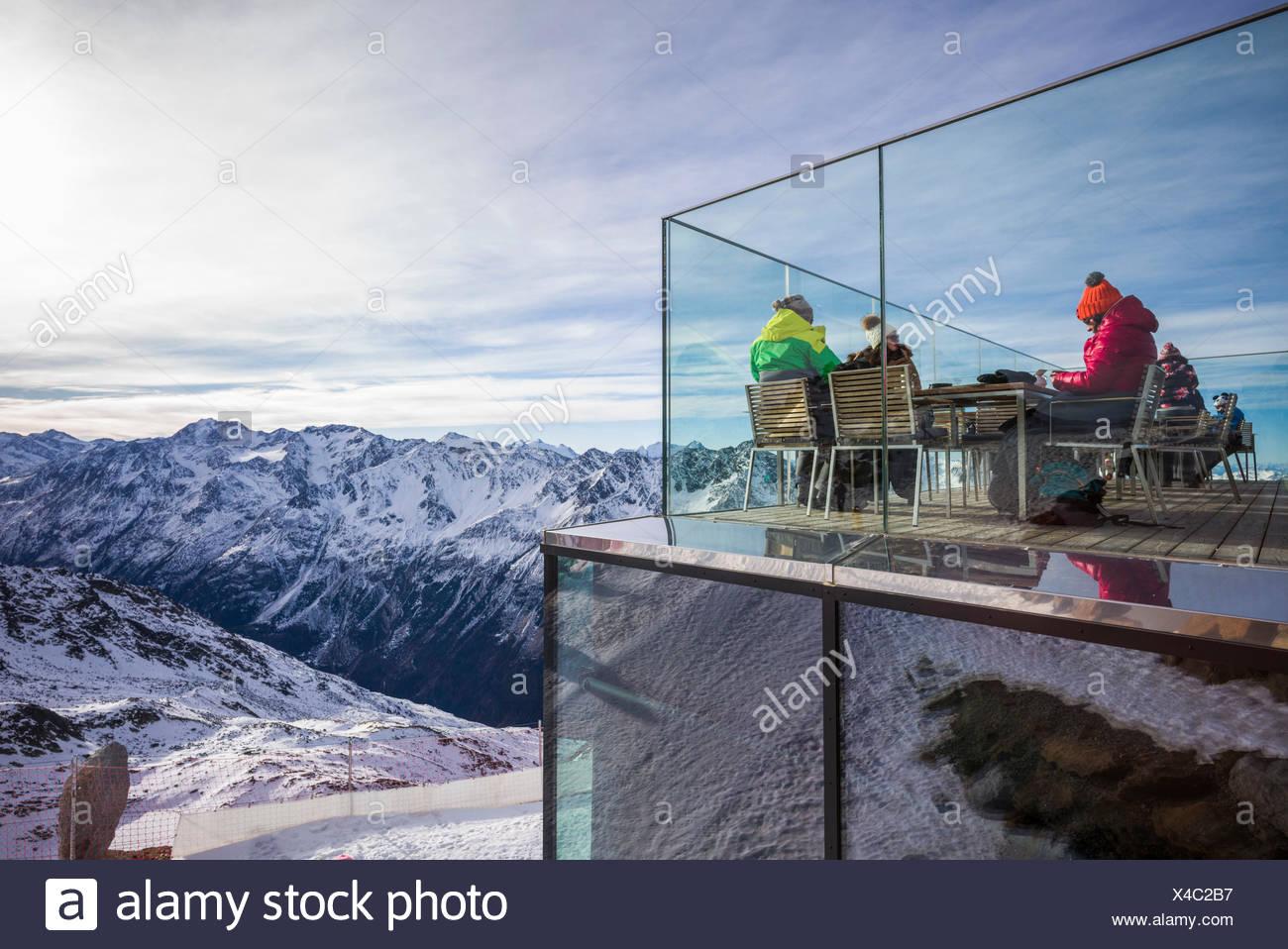 Österreich, Tirol, Sölden, gaislachkogl otztal Ski Mountain, gaislachkogl Gipfel, Höhe 3059 m, Eis q Gourmet Restaurant, Essbereich im Freien, im Winter Stockbild