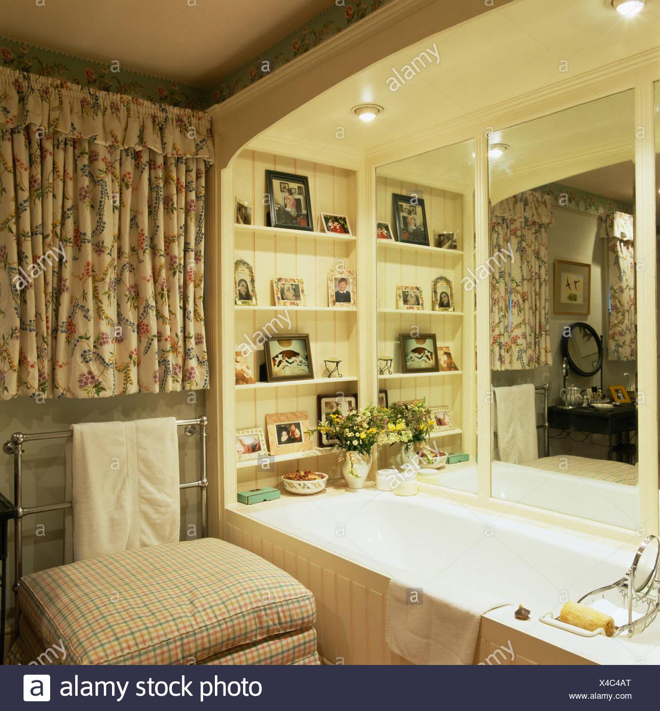 Spiegel und Regale über eingebaute Badewanne im Badezimmer kleines ...