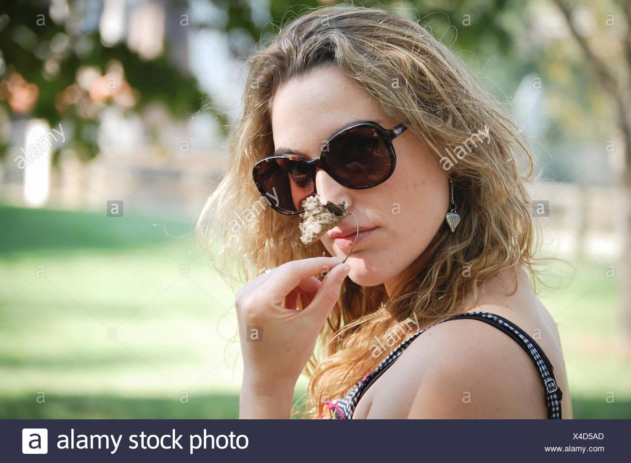 Porträt der jungen Frau riechende Blume Stockbild