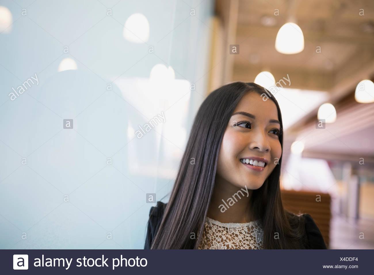 Lächelnde Frau wegschauen Stockfoto
