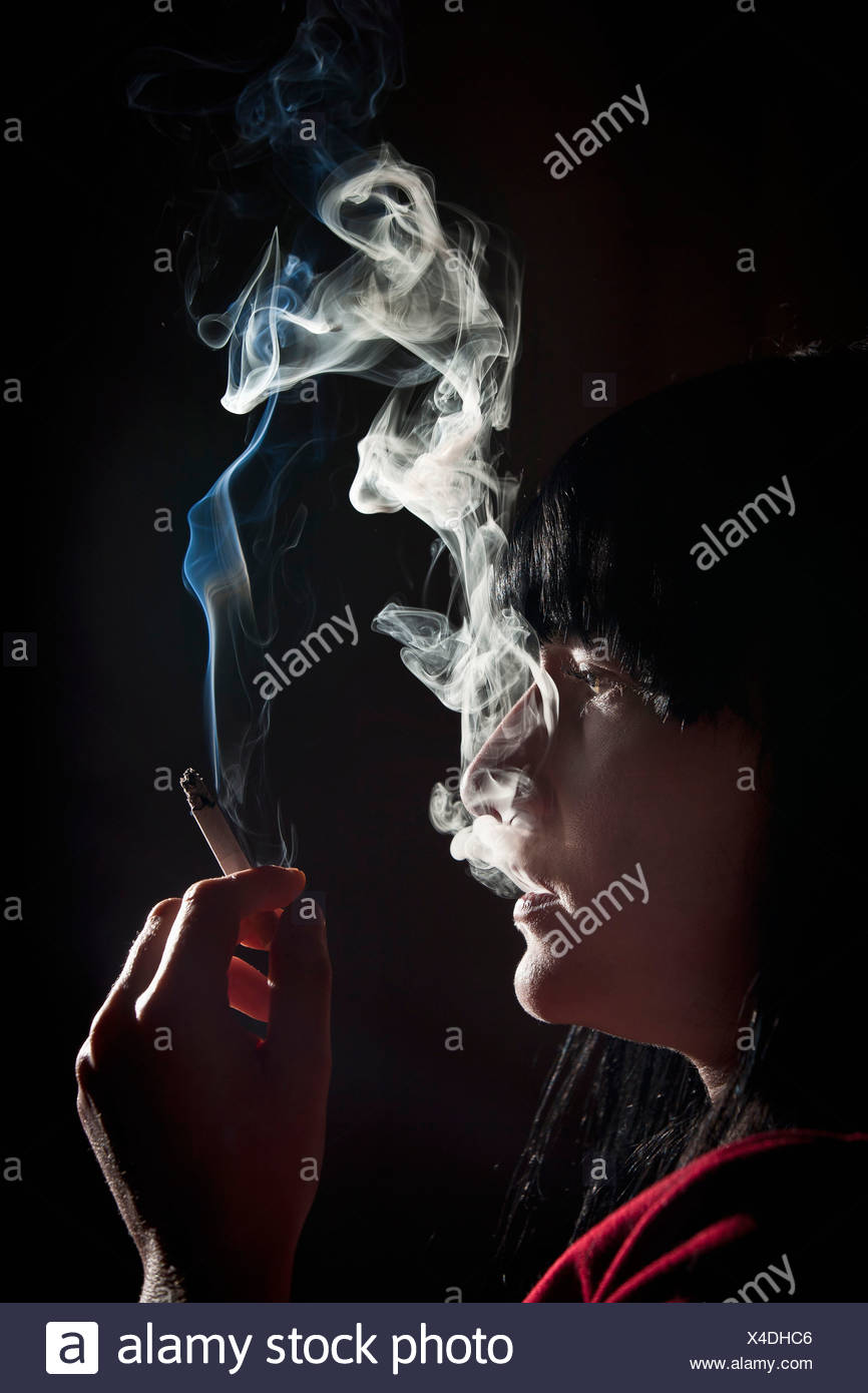 Beleuchtete Profil Frau Rauchen Stockbild