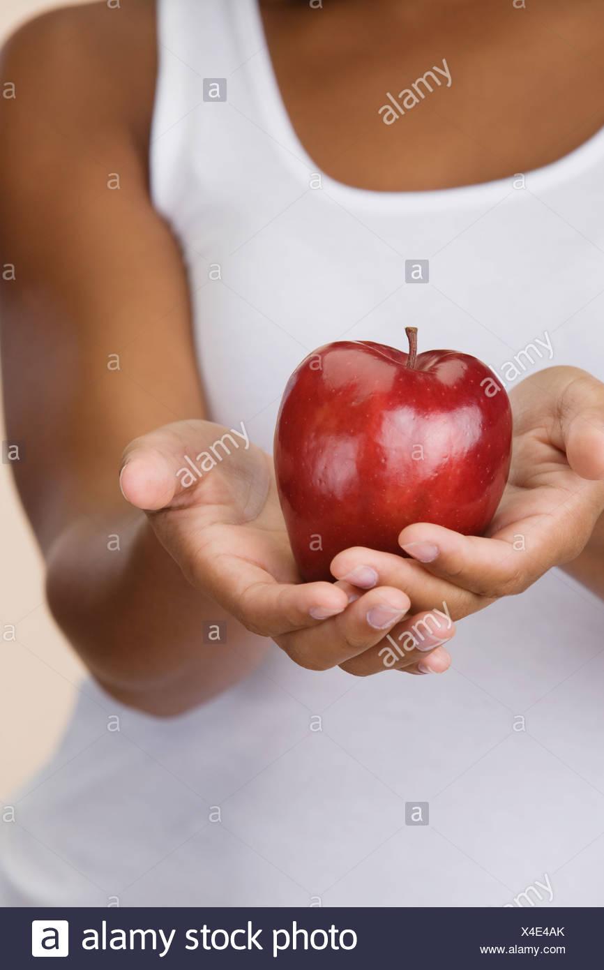 Nahaufnahme des Apfels in afrikanischen Frauenhand Stockbild