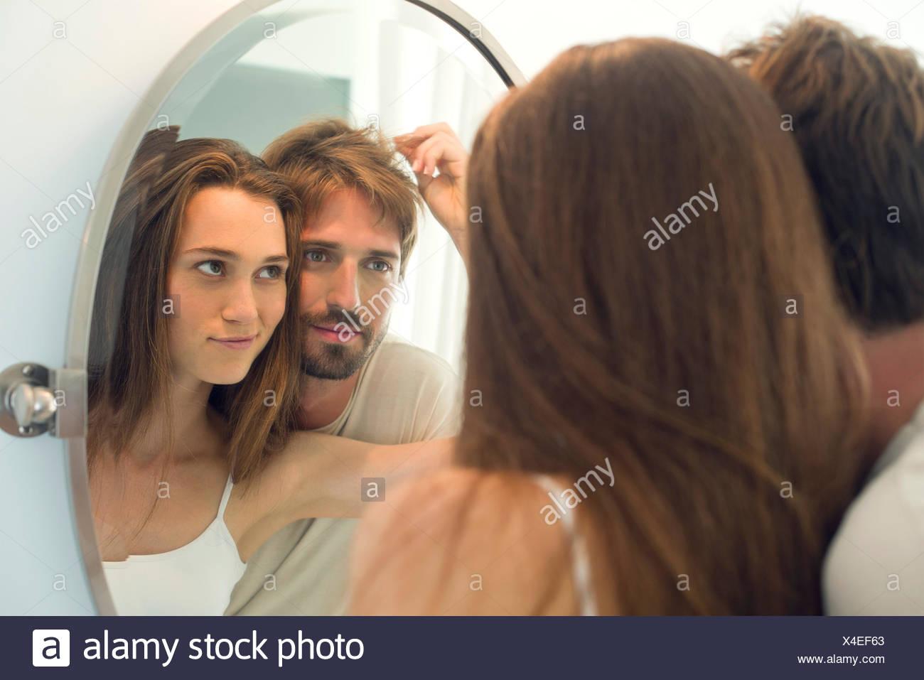 Frau schlägt Mann Bedürfnisse Haarschnitt Stockbild