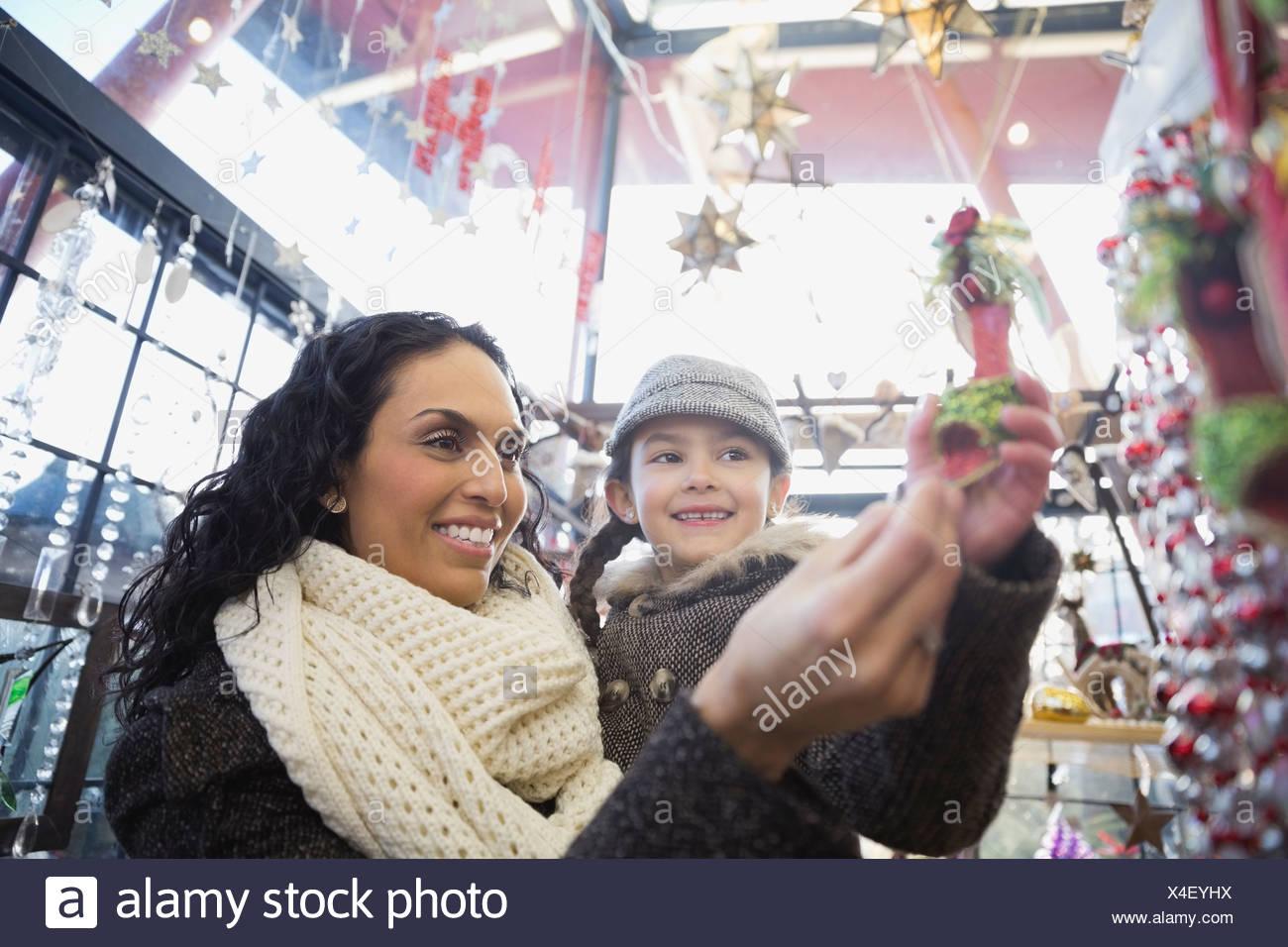 Mutter und Tochter Weihnachtsschmuck im Store kaufen Stockbild
