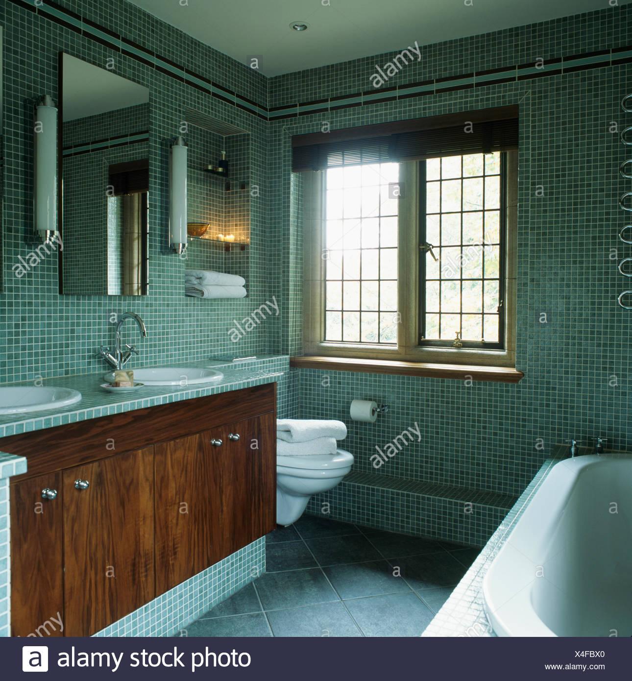 Rohr-Wandleuchten und Spiegel oben Waschtischunterschränke mit ...