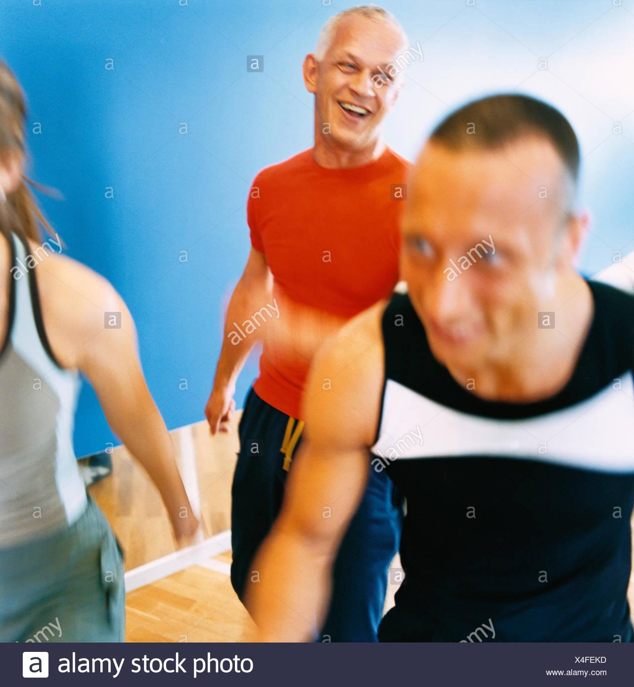 30-34 Jahre 70 bis 74 Jahren 75-79 Jahren Aktivität Erwachsene nur Aerobic Athlet Bodybuilding Farbe Bild älterer Mann Ausübung Stockfoto