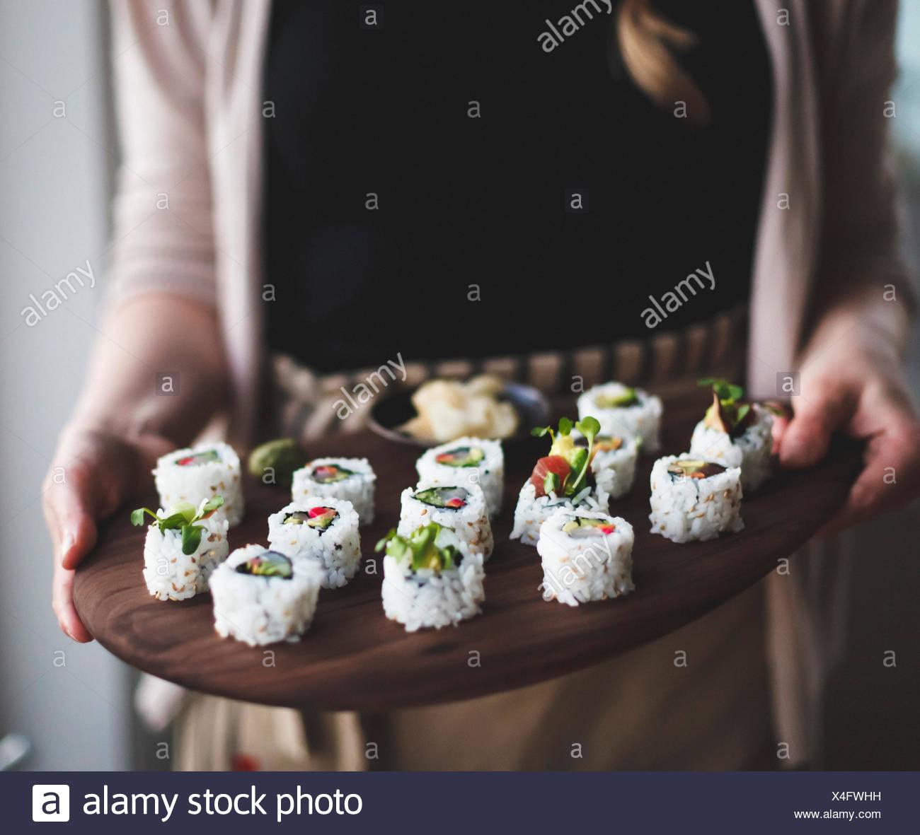 Sushi mit eingelegtem Gemüse. Statt von einer Frau. Stockbild