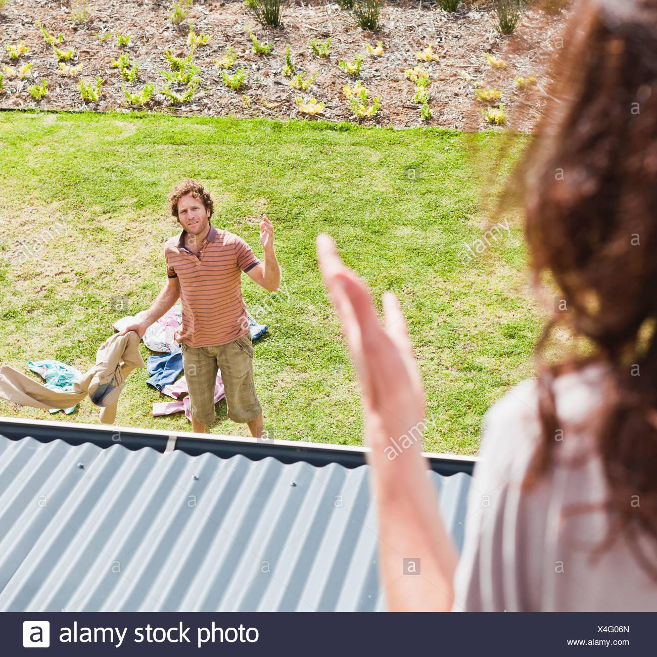 Frau Streit mit Freund im Hinterhof Stockbild